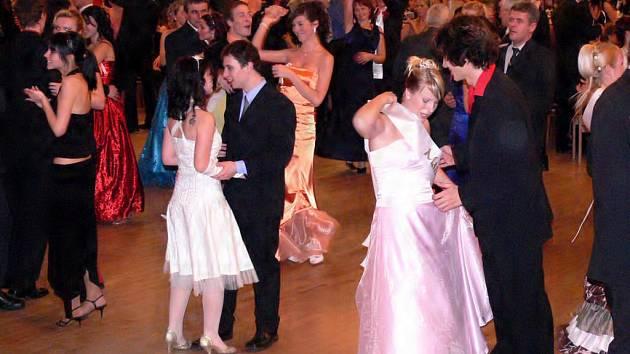 Stále se najdou lidé, kteří si chodí na ples především zatancovat. Čerstvě nabytá šerpa vám však ladné pohyby nikterak neusnadní.
