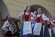 Mezinárodní den tance oslavili řadou vystoupení ve dvoraně hranického zámku žáci tanečního oboru zdejší Základní umělecké školy.