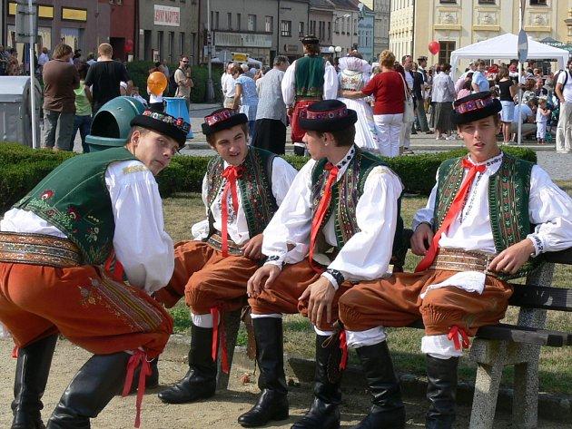 Bohaté hanácké kroje  oblékli muži i ženy.