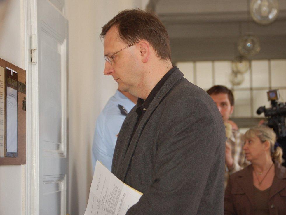 Ministr práce a sociálních věcí Petr Nečas na chodbě přerovského soudu, kde vypovídal jako svědek.