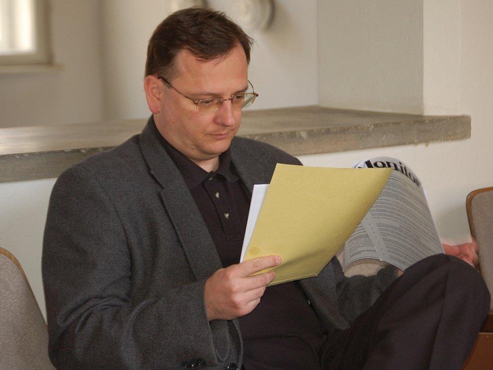 Minstr Petr Nečas čeká na zahájení jednání u Okresního soudu v Přerově.