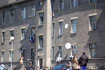 Husova a Kojetínská ulice. Kdysi byty zaměstnanců drah jsou dnes osídleny převážně Romy.