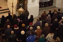 V kostele sv. Vavřince zádušní mši za zesnulého Pavla Nováka sloužil přerovský kněz Pavel Hofírek.