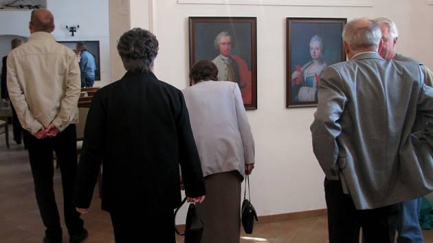 Barokní portréty někdejších majitelů renesančního zámku v Hustopečích nad Bečvou jsou od neděle k vidění v jeho výstavní síni.