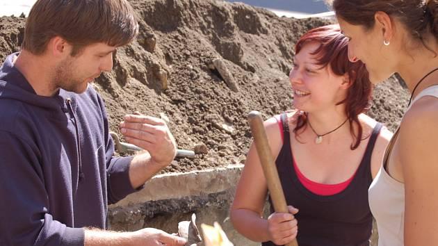 Postupně by se měli archeologové dostat až do dvou a půl metru, kde by je mohlo čekat další překvapení. Potěší ale i nález malého keramického střepu.
