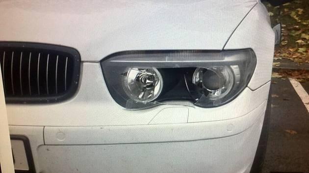 Neznámý vandal dvakrát poničil auto v Hranicích. Jeho majitelé nyní hledají svědky.