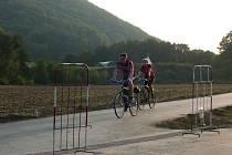 Cyklisté již začali po novém úseku stezky u Týna nad Bečvou jezdit.