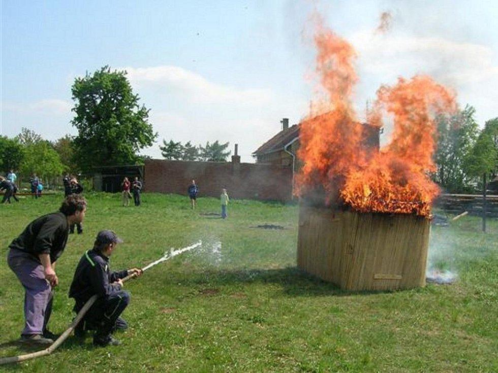 Kokorští hasiči v akci při hašení požáru.