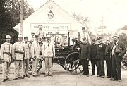Sbor dobrovolných hasičů z Kokor na historické fotografii z roku 1889.