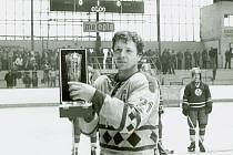 Jaroslav Řezáč přebírá pohár za mistra ČSR v sezoně 1981 - 1982.