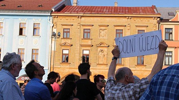 Demonstrace proti Andreji Babišovi v Hranicích