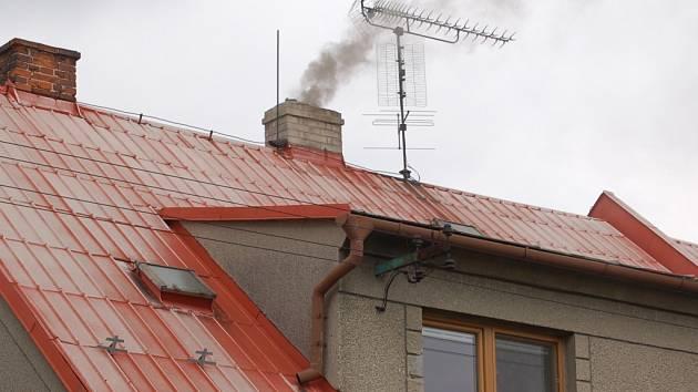 Chladné počasí už přinutilo zatopit také v rodinných domcích.