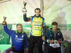 Bohumil Michálek (ve žlutém dresu) z Enduro týmu Velká obhájil titul mistra republiky v offroad maratonech v mistrovských veteránech.