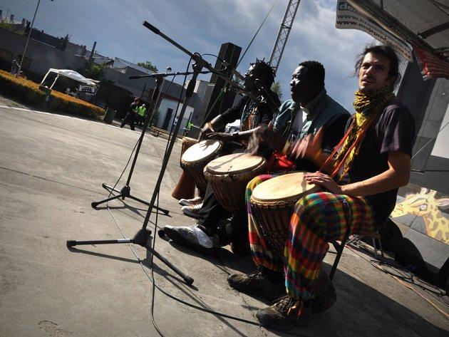 Benefiční afroparty v hranickém letním kině.