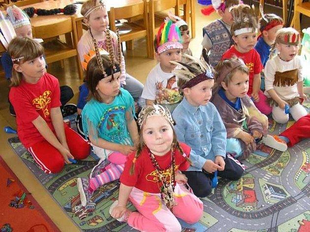 Děti si hrály na indiány.