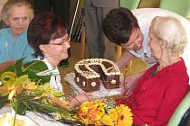 Neuvěřitelných 101 let oslavila ve středu 8. dubna v hranickém domově seniorů Aloisie Hynčicová. Je jeho nejstarší obyvatelkou.