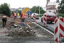 Deštivé počasí v Hranicích o čtyři dny oddálilo plánovanou uzavírku Teplického mostu. Řidiči osobních vozidel se po něm naposledy projedou v neděli 28. června.