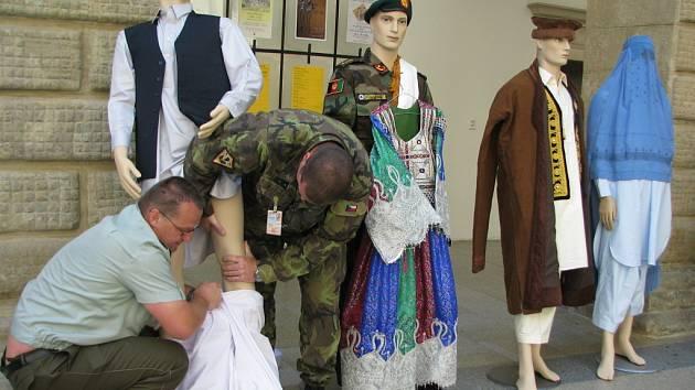 Zámeckou dvoranu zdobí putovní výstava s názvem Provinční rekonstrukční tým České republiky v Afghánistánu.