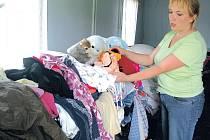 Místostarostka obce Polom Marta Koubková třídí oblečení, které poslali postiženým domácnostem lidé z Nových Heřminov. Ty byly postiženy povodněmi v roce 1997.
