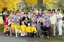 Předánípanenekdětem na dětském oddělení hranické nemocnice za účasti členek Klubu diabetiků a klientů Domova seniorů Hranice, kteří panenky šijí.