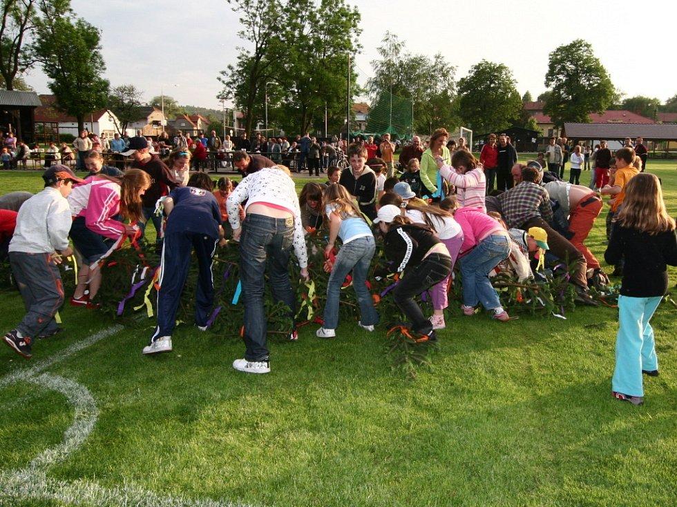 Zběsilou rychlostí vyrazili k padající májce malí i velcí účastníci sobotní slavnosti na hřišti v Ústí.