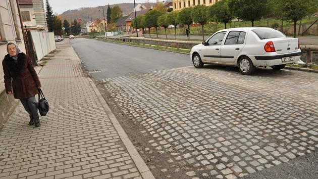 Jeden ze čtyř retardérů na Komenského ulici si řidiči po úpravě vesměs chválí