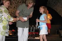 Ceny vítězům předávala ředitelka drahotušské školy Dagmar Pospíšilová. Jednou z oceněných byla i Nikola Huňková. Ta vyhrála v nejmladší kategorii.