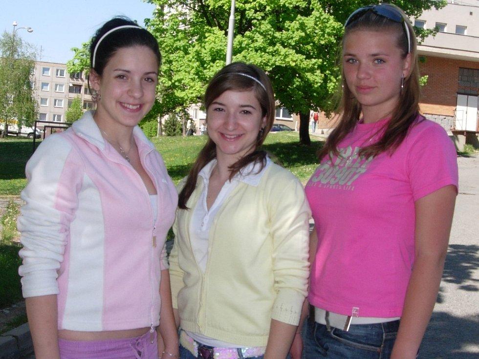 Hranické krásky Dominika Marková, Diana Miháliková a Zuzka Urbancová těsně před odjezdem na Oblastní kolo do Mikulova.
