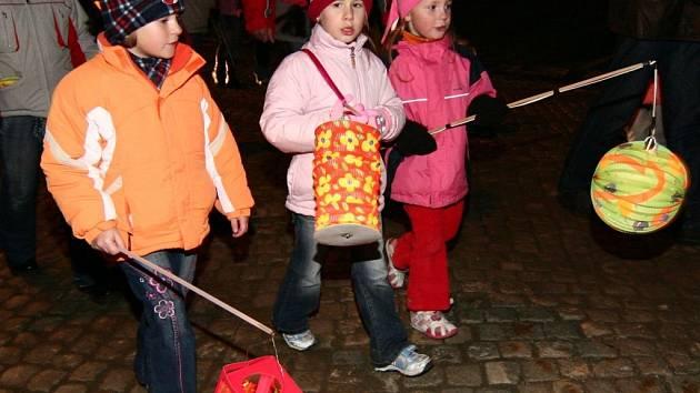 K podzimním oslavám neodmyslitelně patří lampionové průvody.