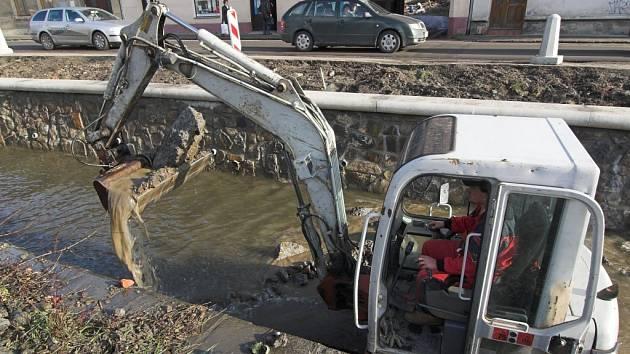 Práce v korytě potoka jsou důvodem, proč je doprava v Komenského ulici dočasně omezena.