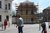 Lešení na budovách v Městské památkové zóně v Hranicích zřejmě bude přibývat.