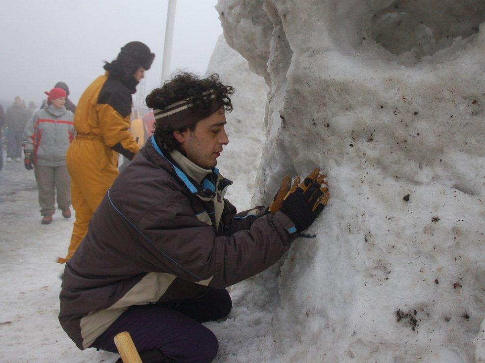 Do výroby sněhových soch se na Pustevnách pustily stovky návštěvníků.