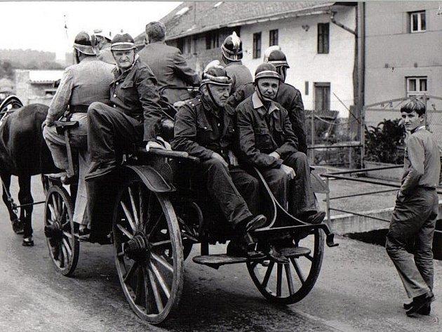 Hasiči z Veselíčka na historické fotografii.