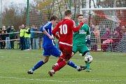 Fotbalisté Ústí (v červeném) v derby proti SK Hranice (2:0)