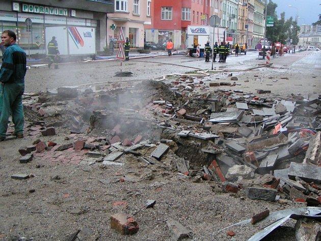 Po výbuchu parovodu zůstal v zemi obrovský kráter.