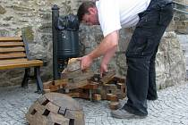 Jedna ze tří dřevěných plastik u hranického zámku skončila během noci ze středy na čtvrtek pod městskými hradbami. Podle pracovníka zámeckého klubu Milana Bartoše už se zřejmě nebude dát opravit. Část jejích dřevěných dílků se totiž ztratila.