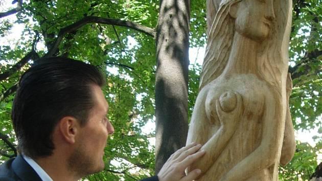 Smetanovi sady jsou bohatší o pět nových soch.