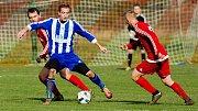 Fotbalisté Ústí (v červeném) v derby proti SK Hranice