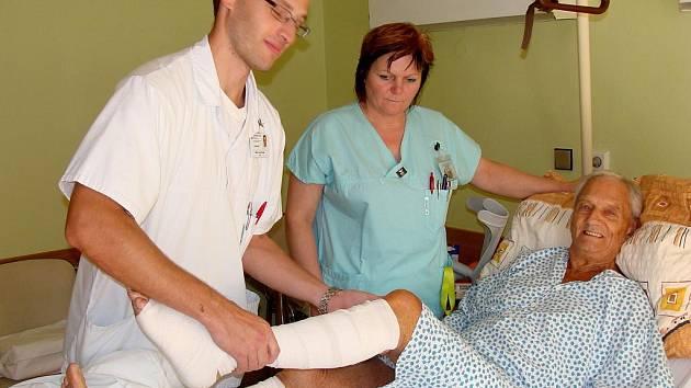 Přerovská nemocnice má vzácného pacienta – známého závodníka a mistra světa v motocyklovém sportu Jamese Redmana. Na zdejším oddělení ortopedie se podrobil operaci.