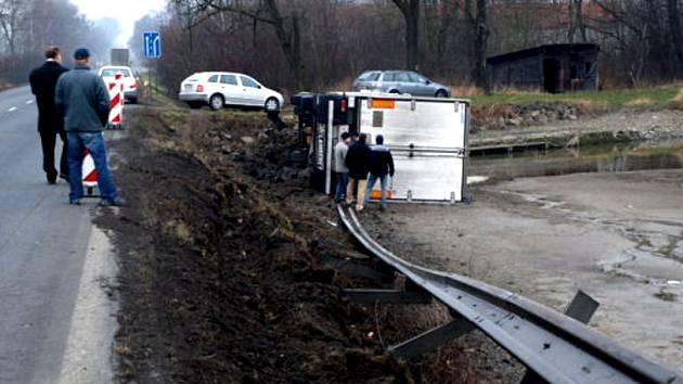 Na cestě mezi Valašským Meziříčím a Hranicemi havaroval kamion plně naložený jogurtami.