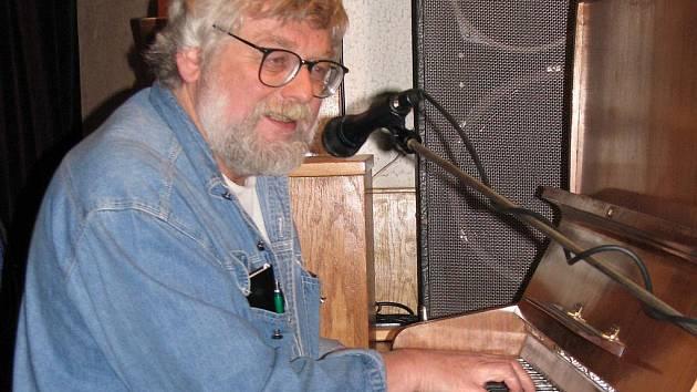 Josef Klíma hraje na piano, kytaru, zpívá, skládá písničky, je oblíbený bavič.