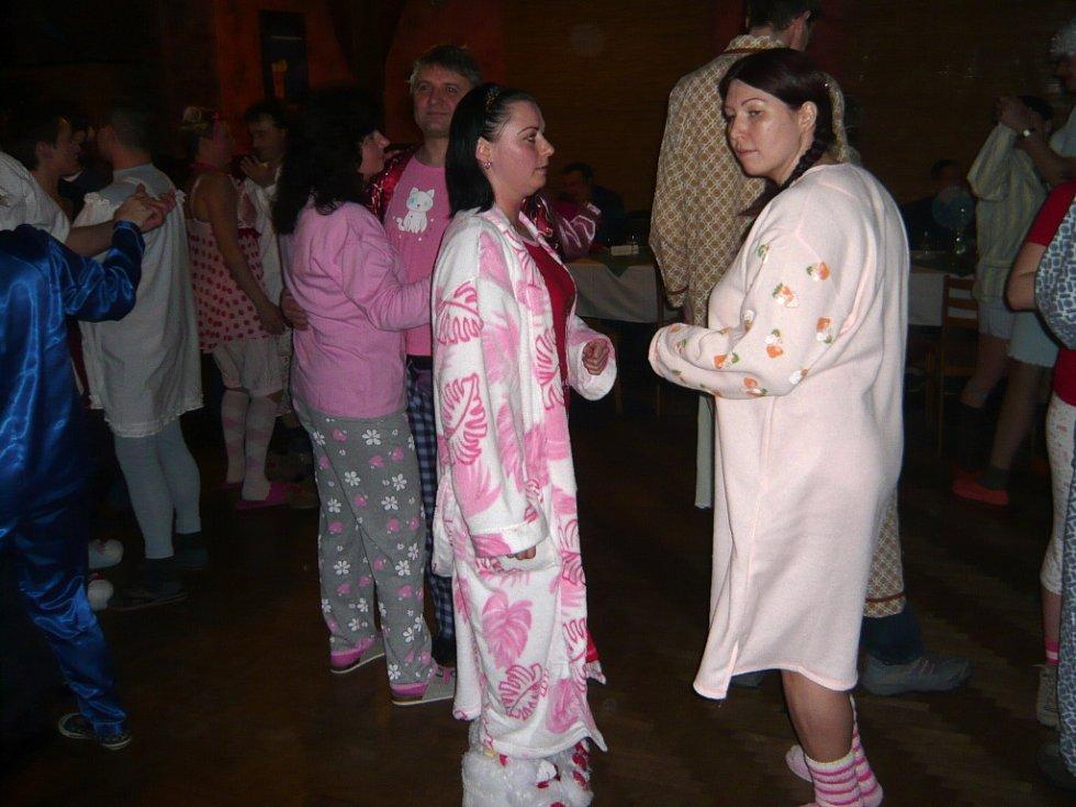 Již počtvrté se v pohostinství U Jarky v Klokočí konal pyžamový bál.