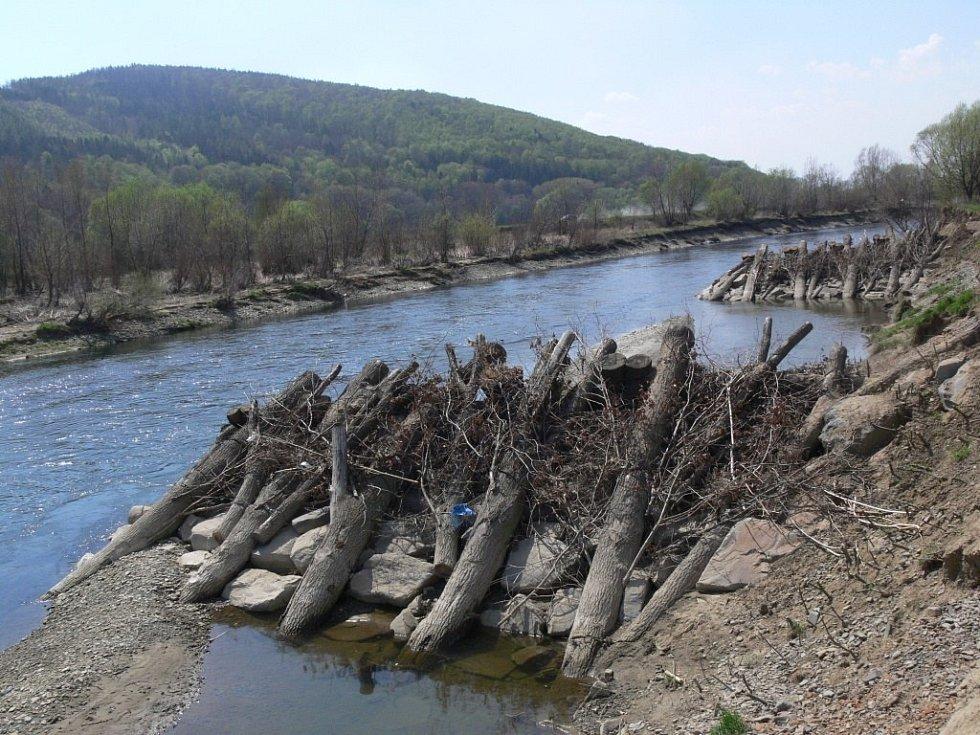 Ojedinělé zpevnění břehů koryta Bečvy ve Slavíči si vyžádalo celkem 6 milionů korun