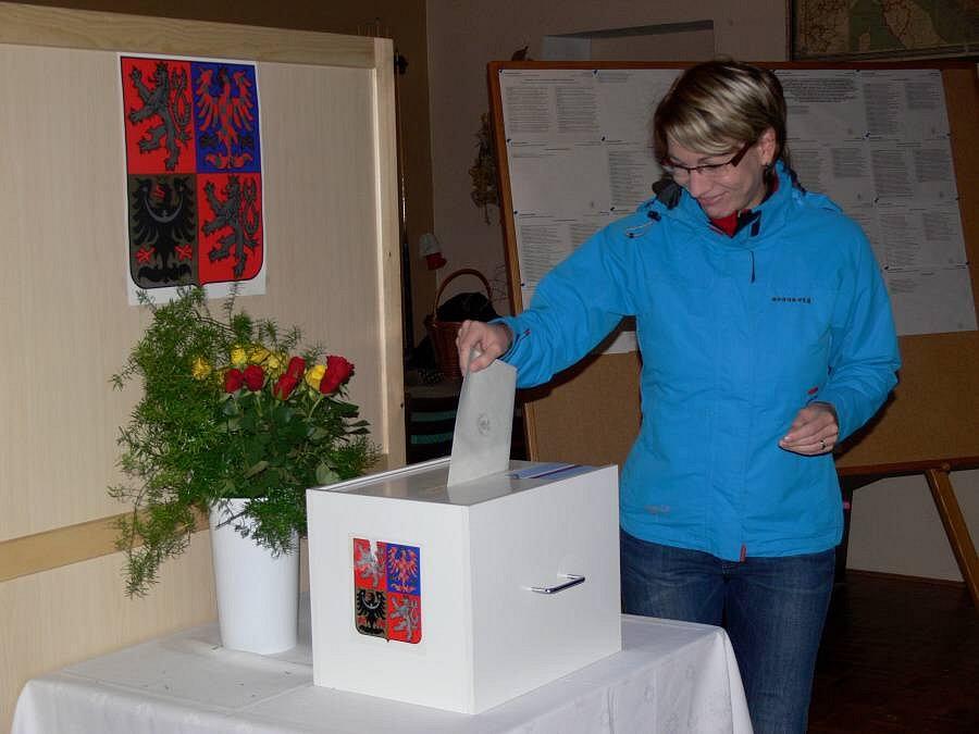 Obyvatelé Hluzova mohli účast ve volbách spojit s posezením třeba u dobrého vína či piva
