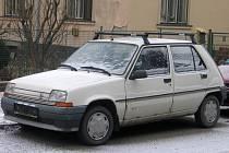 Za tento automobil by mohl jeho majitel zaplatit až 1500 korun pokuty. Vozidla bez SPZ totiž nemají na ulici co dělat.