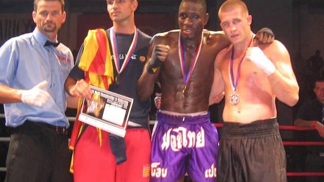 Zleva Michal Prstek, ringový rozhodčí a pořadatel MS v Olomouci, bronzový Španěl, zlatý Švéd a stříbrný Ondřej Srubek.