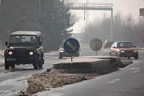 Stavební firma kvůli mrazivému počasí nemůže opravit ostrůvek na silnici v Lověšicích. Ten je rozbitý po tragické dopravní nehodě, která se v těchto místech stala těsně před vánočními svátky. Na silnici zahynul řidič, který do ostrůvku čelně narazil.