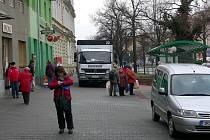 Majitel objektu na náměstí 8. května v Hranicích, v němž sídlí pekárna ZD Záhoří, si stěžuje na nově postavený přístřešek na blízké autobusové zastávce. Ten prý ztěžuje zásobování pekárny.