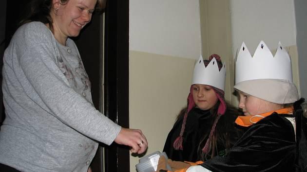 Malí koledníci vybírali do kasiček peníze, které pomohou potřebným lidem u nás i v zahraničí.