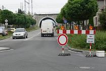 Uzavírku na křižovatce U Slavie mnozí řidiči nerespektují